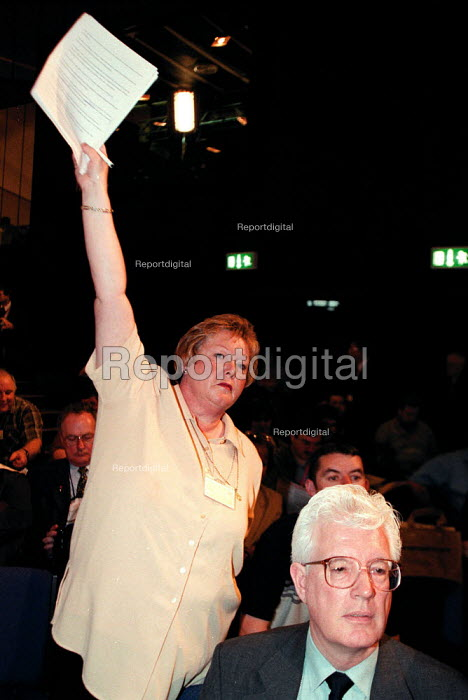 Unison delegate and Rodney Bickerstaffe during debate at the Labour Party Conference 1999 - John Harris - 1999-09-28