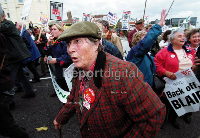 Countryside Alliance protest against the proposed banning of fox hunting. Labour Party Conference 1999 - John Harris - 1999-09-28