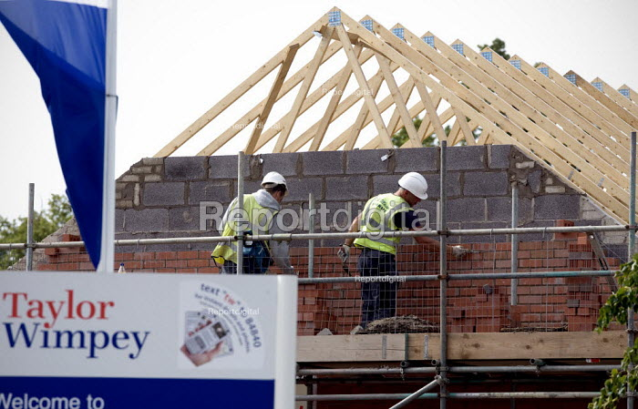 Workers bricklaying, Taylour Wimpey building site, Stratford upon Avon. - John Harris - 2011-07-29