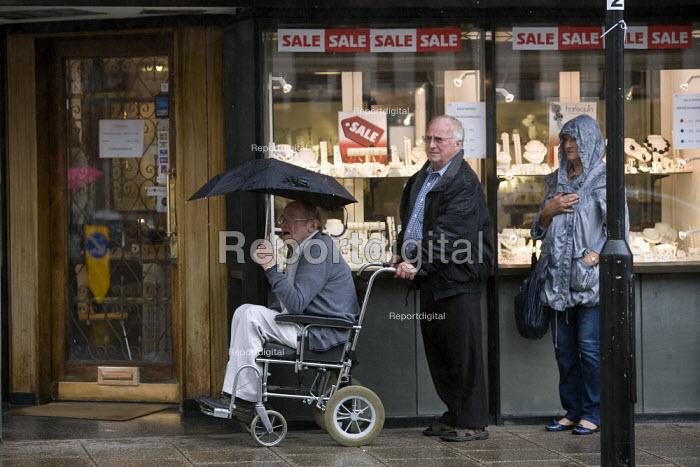 Tourists visiting Stratford on Avon sheltering from the rain. The British Summer - John Harris - 2011-09-10