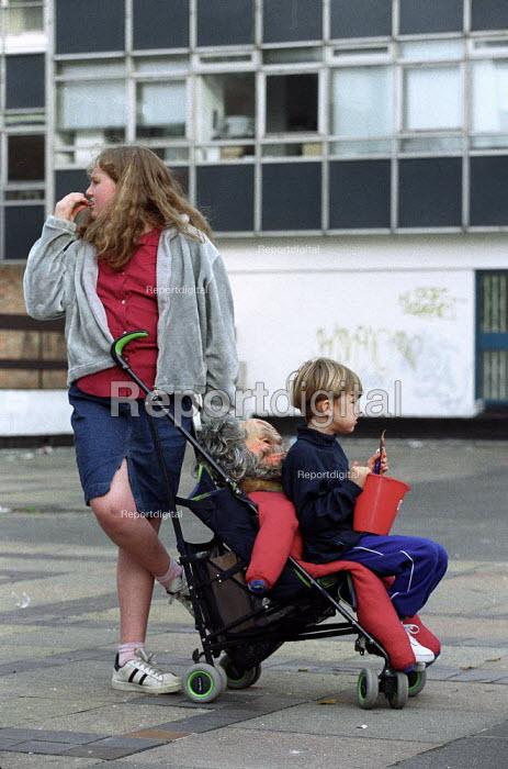 Penny for the Guy. Shoreditch children London - Jess Hurd - 2001-10-22