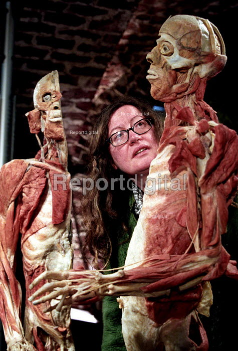 Woman looks at sliced human plastinated body at the controversial Korperwelten art exhibition, by Prof. Gunther Von Hagens MD, Brussels, Belgium. - Jess Hurd - 2001-12-12