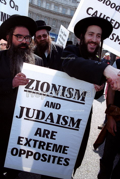 Anti Zionist Torah Rabbis join Palestinian protest against pro Israel rally, Trafalgar Square. - Jess Hurd - 2002-05-06