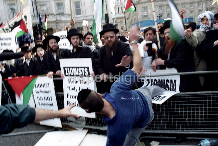 Anti Zionist Torah Rabbis are attacked by pro Zionist Jew. Palestinian protest against pro Israel Peace Rally, Trafalgar Square. - Jess Hurd - 2002-05-06