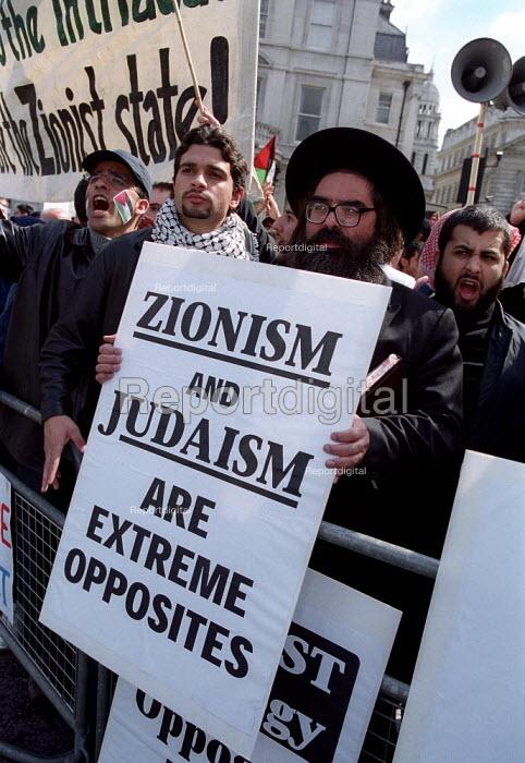 Anti Zionist Torah Rabbis join Palestinian protest against pro Israel rally, Trafalgar Square. - Jess Hurd - 2002-05-06