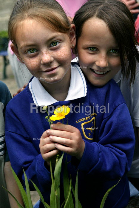 Year 3 children from Langley Junior School take part in gardening activities. Part of the Pathfinder project, piloted in Plymouth to reduce teacher work load. - Jess Hurd - 2003-07-02