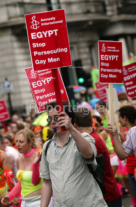 Amnesty International placard defending the human rights of gay men in Egypt. London Gay Pride 2003.. - Jess Hurd - 2003-07-26