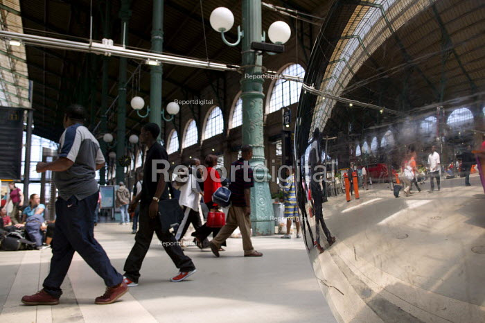 Commuters waiting for a train at the Gare du Nord Railway Station, Paris. - Jess Hurd - 2003-07-30