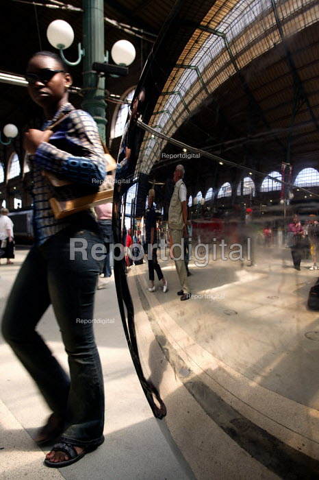 Commuters wait for a train at the Gare du Nord Railway Station, Paris. - Jess Hurd - 2003-07-30