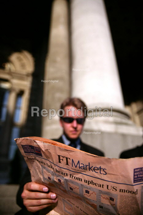 City businessman reads the FT outside The Royal Exchange, Bank, City of London. - Jess Hurd - 2003-07-15