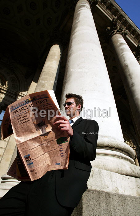 City businessmen reads the FT outside The Royal Exchange, Bank, City of London. - Jess Hurd - 2003-07-15