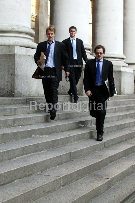 City businessmen outside The Royal Exchange, Bank, City of London. - Jess Hurd - 2003-07-15