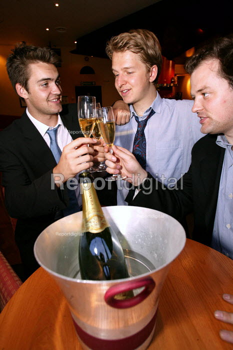 City businessmen celebrate over a glass of champagne in a posh Wine Bar. City of London. - Jess Hurd - 2003-07-15
