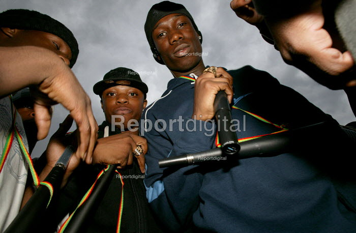 Street rapping at the Notting Hill Carnival. London. - Jess Hurd - 2003-08-25