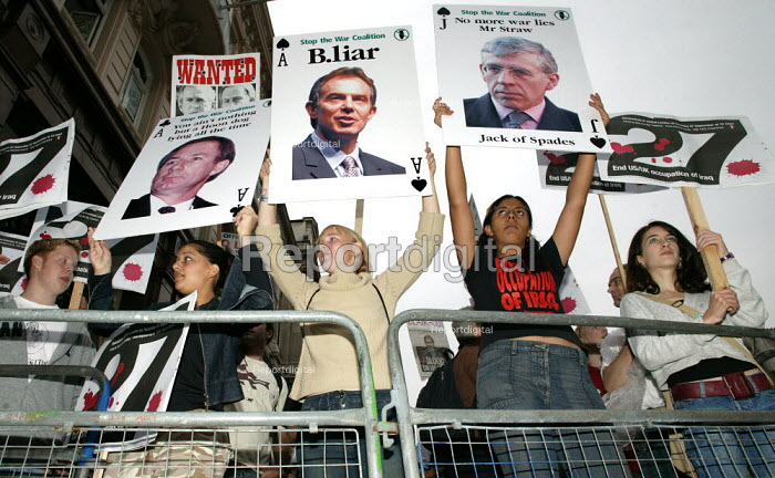 Anti war protesters label Tony Blair a liar as the prime Minister arrives at the Hutton Enquiry into the death of government scientist Dr. David Kelly. - Jess Hurd - 2003-08-28