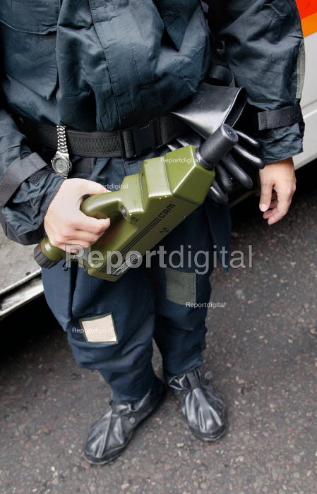 British Transport Police officer trained in chemical and biological defence, wears a protection suit and carries a chemical agent detector during an exercise simulating a chemical agent terrorist attack on Bank Underground station in London. - Jess Hurd - 2003-09-06