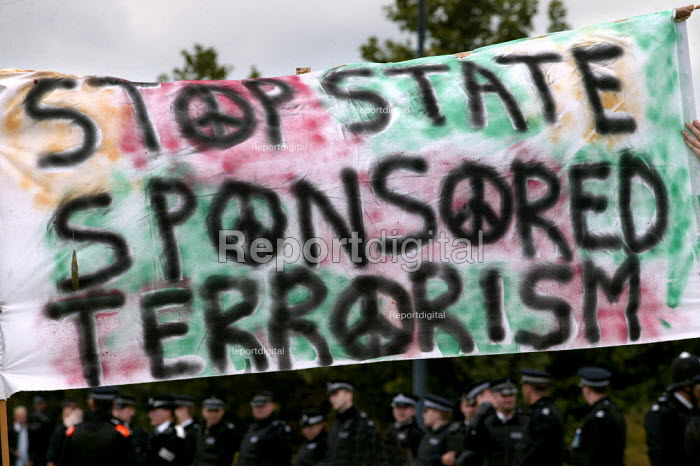 Protesters at the Defence Systems and Equipment International Arms Fair at the Excel Centre, London. - Jess Hurd - 2003-09-10