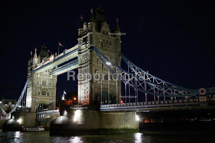 Tower Bridge on the River Thames, London. - Jess Hurd - 2003-09-07