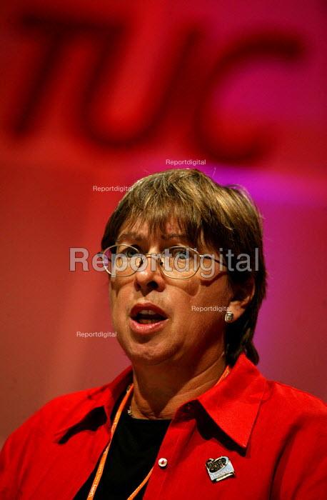 Judy McKnight NAPO speaking at the TUC Congress 2003. - Jess Hurd - 2003-09-08