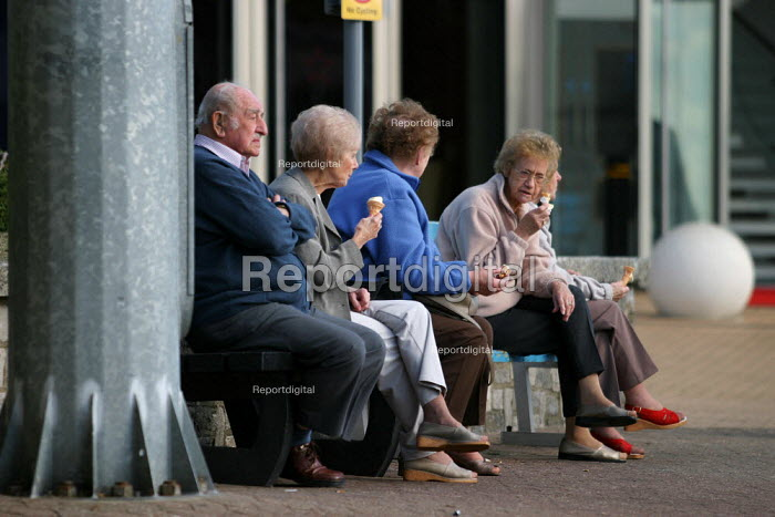Pensioners enjoy icecreams at the Bournemouth seaside. - Jess Hurd - 2003-09-28