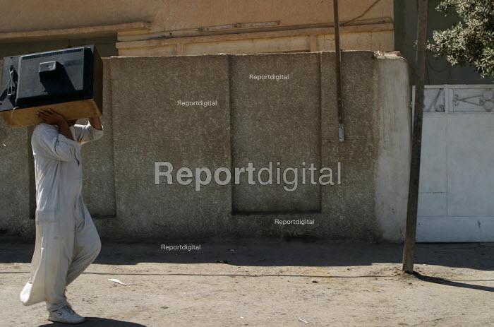 Man with TV, Baghdad, Iraq. - Jess Hurd - 2003-10-05