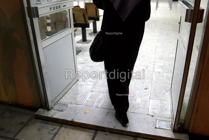 Iraqi woman enters the Immigration office at the Jordan Iraq border. - Jess Hurd - 2003-10-05