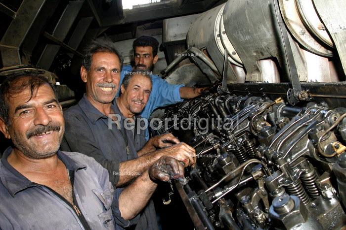Rail workers at a maintenance depot. Baghdad, Iraq. - Jess Hurd - 2003-10-06