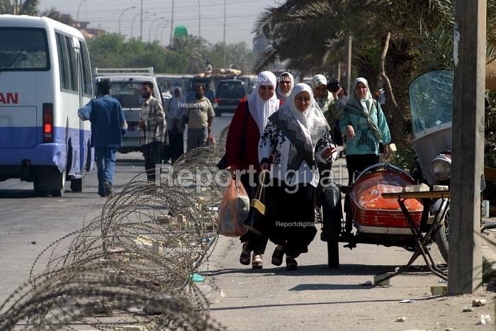 Iraqi women with their shopping Baghdad . Iraq. - Jess Hurd - 2003-10-07