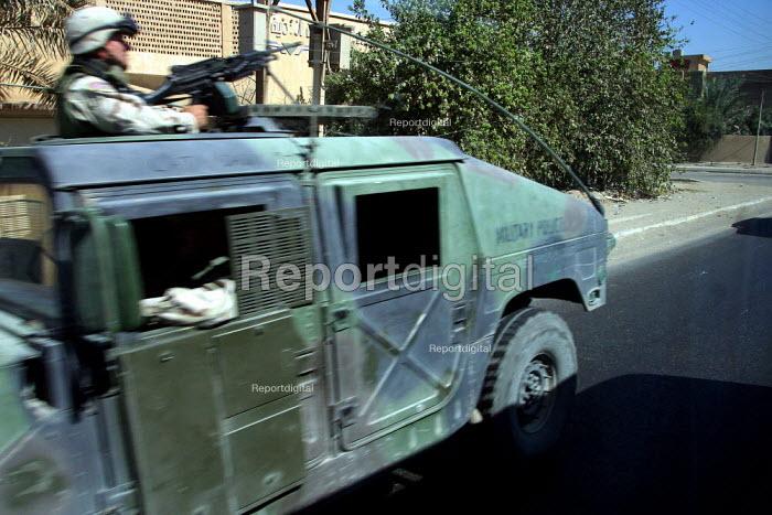 US Army armed patrol drive at speed through Baghdad, Iraq. - Jess Hurd - 2003-10-07