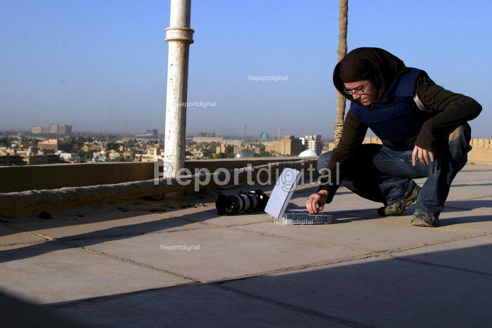 Photographer Jess Hurd uses a satellite modem to send images from the roof of a building in Baghdad, Iraq - Jess Hurd - 2003-10-07