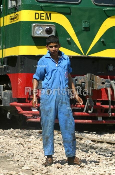 Rail worker at Baghdad maintenance depot, Iraq. - Jess Hurd - 2003-10-06