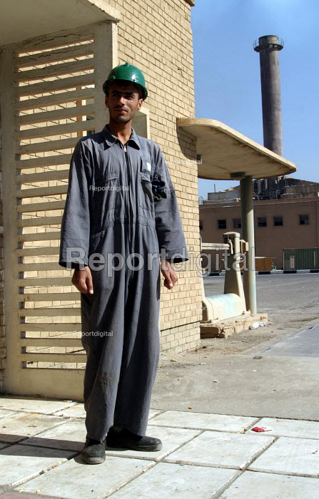 Worker and trade union members at the Baghdad Oil refinery. Baghdad, Iraq. - Jess Hurd - 2003-10-08
