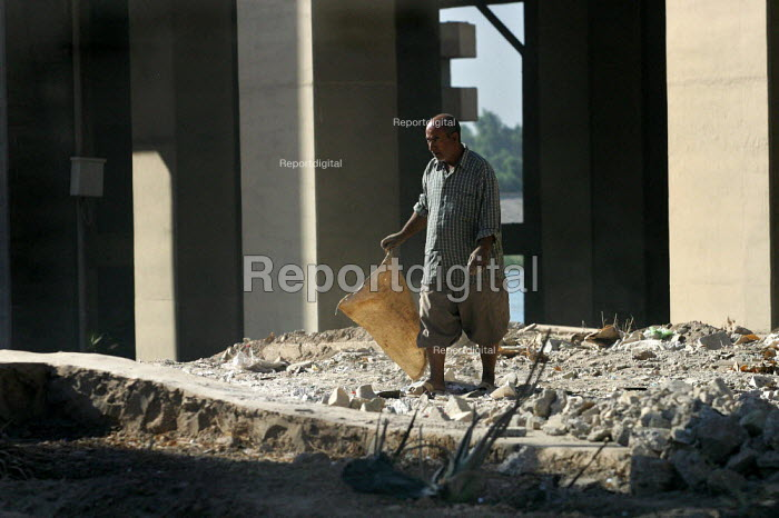 Man wonders through the rubble of a bombed building.Baghdad, Iraq. - Jess Hurd - 2003-10-07