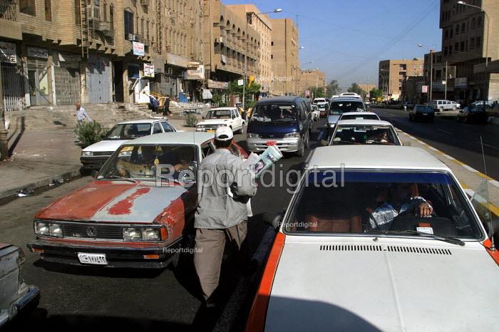 Newspaper seller on the streets of Baghdad, Iraq. - Jess Hurd - 2003-10-06