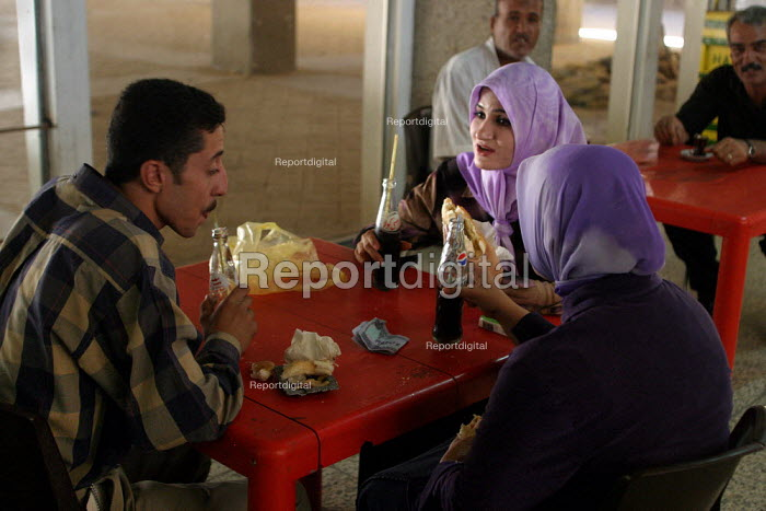 Students share a drink in the canteen at Baghdad University. Baghdad, Iraq. - Jess Hurd - 2003-10-06