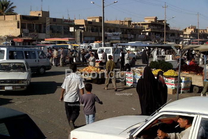 People shop at the market in Sadr City. Baghdad, Iraq. - Jess Hurd - 2003-10-06