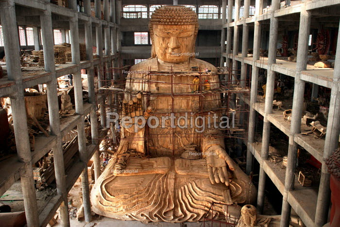Work on the largest wooden Buddha in the world destined for a Buddhist Temple in Los Angeles, California, USA. Tiantai Buddhist City, Tiantai, Zhejiang Province, China. - Jess Hurd - 2003-10-17