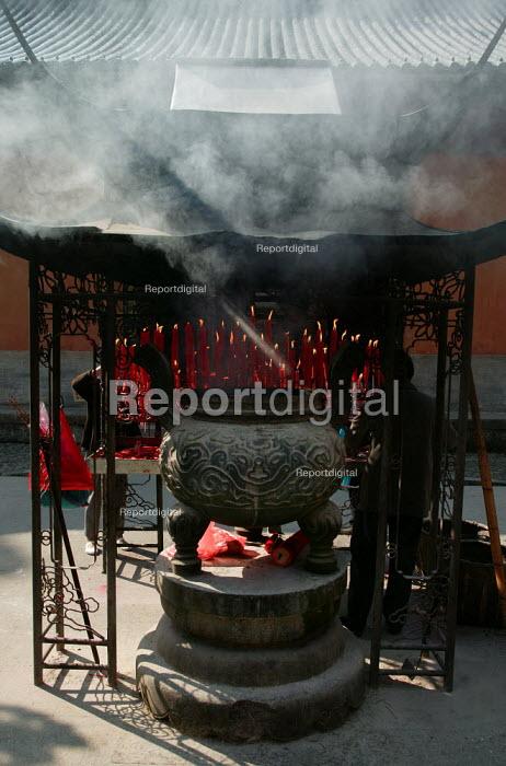 Guoqing Buddhist Temple, Tiantai, Zhejiang Province, China. - Jess Hurd - 2003-10-17