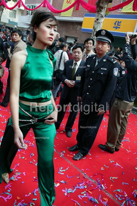 Security at the Hangzhou Silk Fashion Show Zhejiang Province, China. - Jess Hurd - 2003-10-18