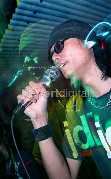 Nightclub DJ Shanghai, China. - Jess Hurd - 2003-10-20