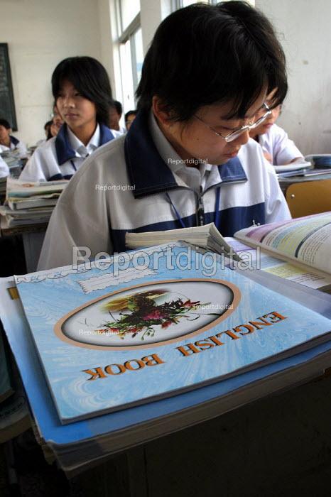 Chinese children in an English class at Shu Sheng Private private Middle School run by the Sunson Company. Jiaojiang, Taizhou, Zhejiang Province, China. - Jess Hurd - 2003-10-26