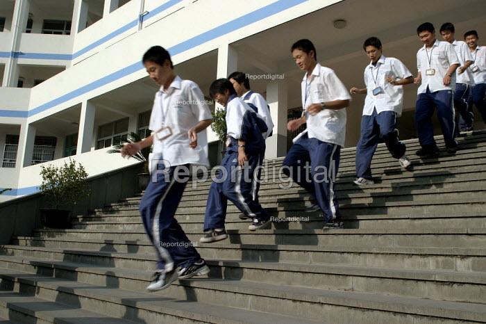 Chinese children at Shu Sheng Private private Middle School run by the Sunson Company. Jiaojiang, Taizhou, Zhejiang Province, China. - Jess Hurd - 2003-10-26