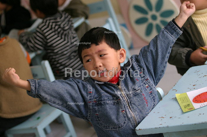 Chinese children at Shu Sheng Private private School run by the Sunson Company. Jiaojiang, Taizhou, Zhejiang Province, China. - Jess Hurd - 2003-10-15
