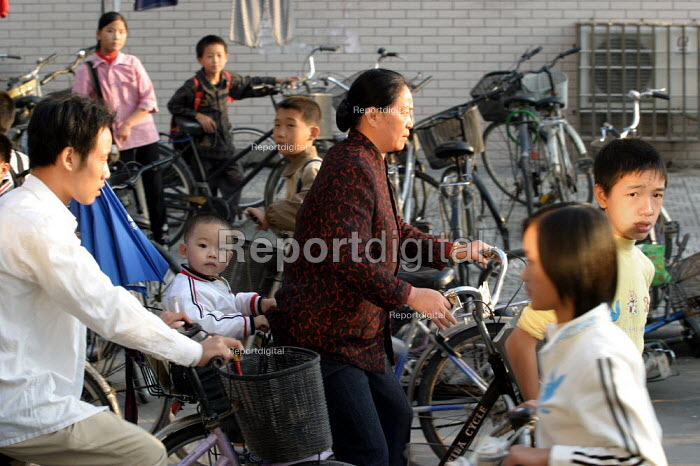 Chinese children are collected from school by their parents. Jiaojiang, Taizhou, Zhejiang Province, China. - Jess Hurd - 2003-10-15