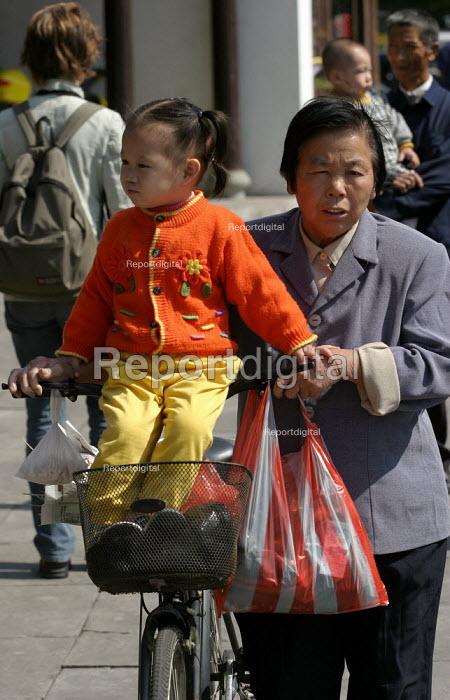 Chinese mother with child. Linhai, Zhejiang Province, China. - Jess Hurd - 2003-10-17