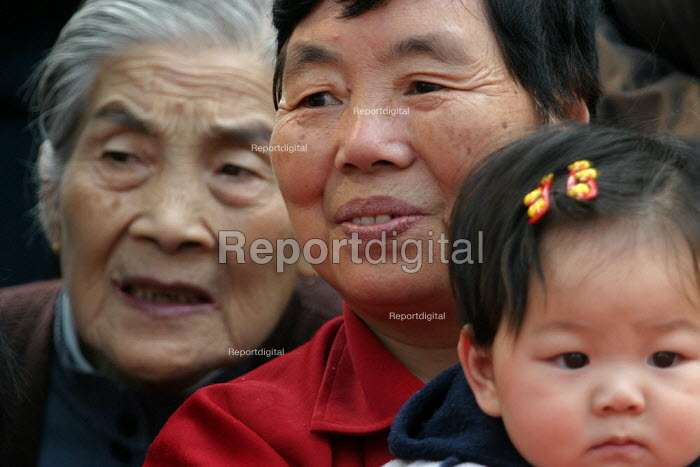 Generations of Chinese family members. Hangzhou, Zhejiang Province, China. - Jess Hurd - 2003-10-18