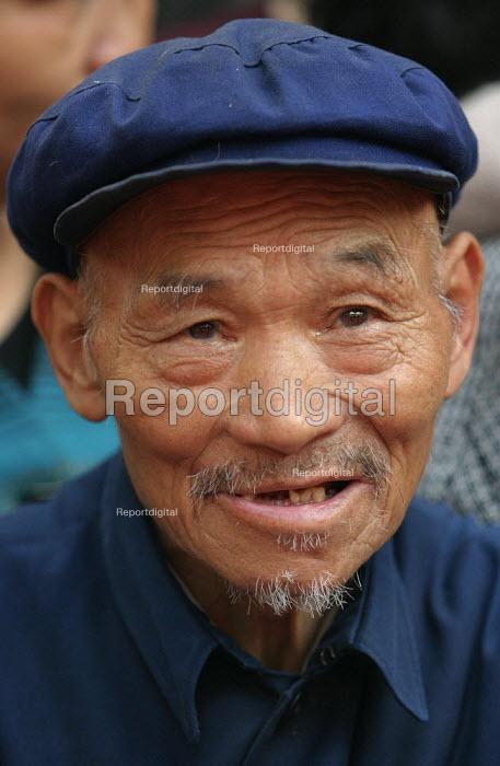 Elderly Chinese man. Hangzhou, Zhejiang Province, China. - Jess Hurd - 2003-10-18