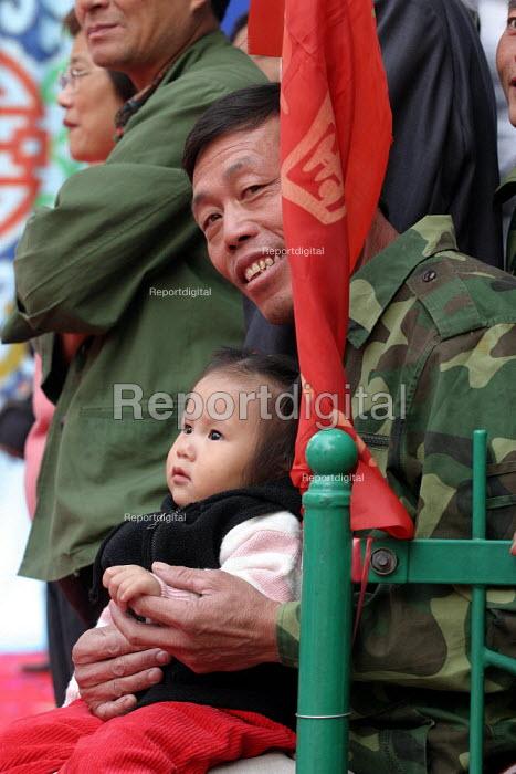 Father and his child at the Hangzhou Silk Fashion Show Zhejiang Province, China. - Jess Hurd - 2003-10-18