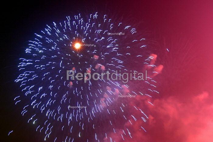 West Lake Fireworks Display, Hangzhou, Zhejiang Province, China. - Jess Hurd - 2003-10-18