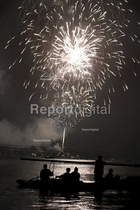 West Lake Fireworks Display, Hangzhou, Zhejiang Province, China. - Jess Hurd - 2003-10-18